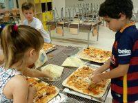 Cuinant les pizzes al casal